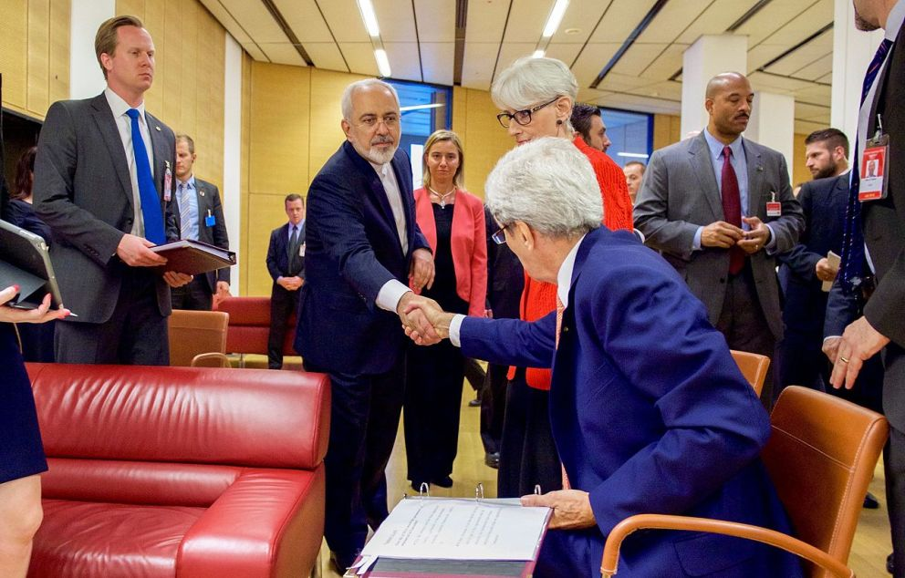 Secretary Kerry shakes hands with minister Zarif 2015