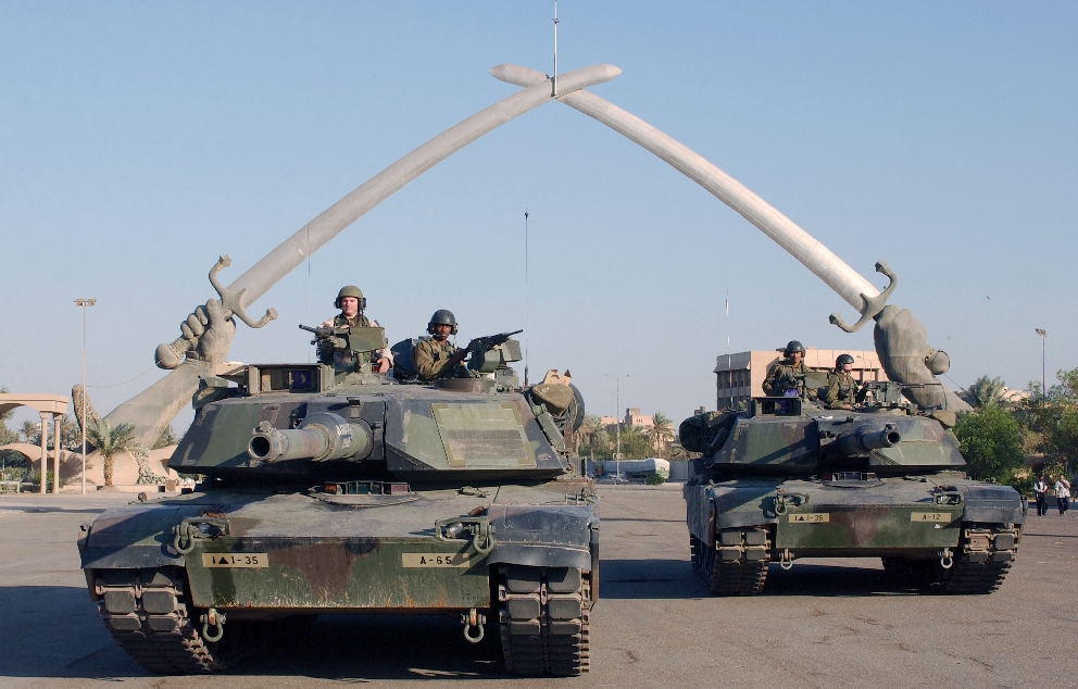 US soldiers at the Hands of Victory monument in Baghdad